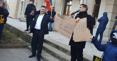 """VIDEO PROTEST al AUR la Constanța. Simion: """"România NU mai este de vânzare! Polonezii și cehii nu au făcut ce au făcut TÂLHARII noștri. Vom CONDUCE țara!"""""""