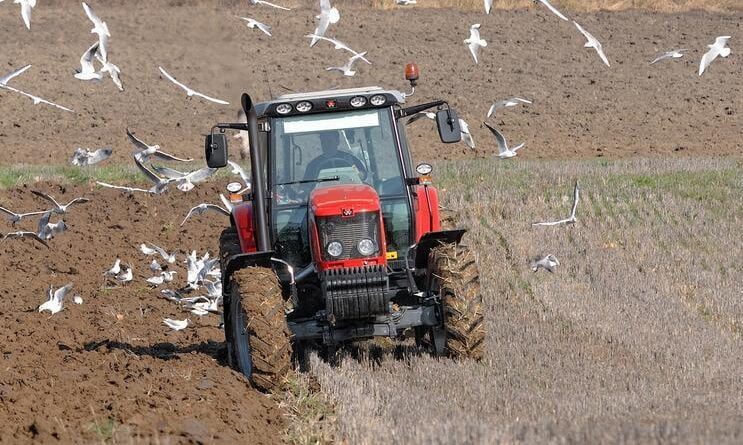 tractor teren agricol agricultura